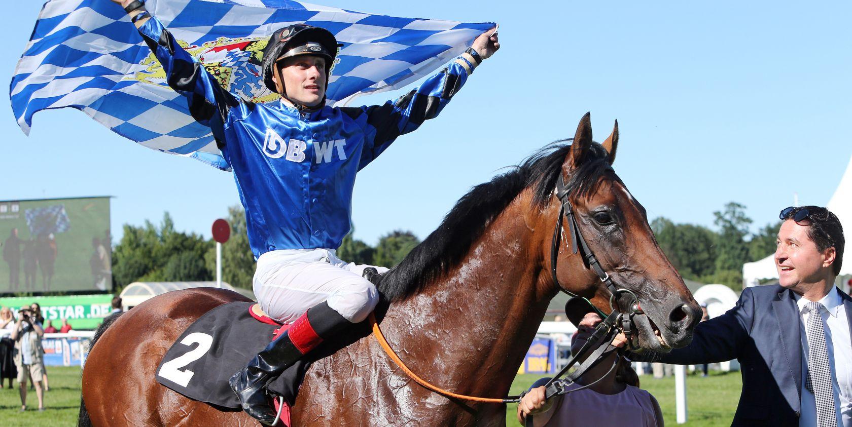 So feiern bayrische Sieger: Martin Seidl im Sattel von Dschingis Secret - Sieger im Pferdewetten.de - Großer Hansa-Preis (Cobyright: Frank Sorge/galoppfoto.de)