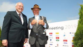Dr. Michael Vesper überreicht die goldene Medaille des Direktoriums an Albert Darboven (Foto: Marc Rühl)