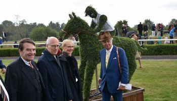 HRC-Vize und Hauptsponsor Albert Darboven (re.) erwarb die von pflanzmich.de erstellte Pferd-und-Jockey-Skulptur aus Liguster. Mit ihm freuten sich v.l. HRC-Vorsitzender Eugen-Andreas Wahler, Hamburgs Erster Bürgermeister Peter Tschentscher und Ehefrau Ev
