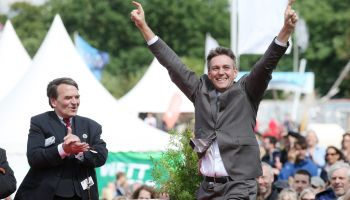 Markus Klug bei der Siegerehrung zum IDEE 148. Deutschen Derby mit HRC Präsident Eugen-Andreas Wahler....Copyright galoppfoto.de